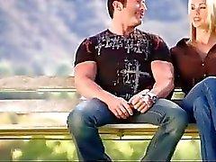 Jeune couple chante avec réalité des XXX du de l'échangisme couplesi