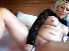 Büyük göğüsler ile Şehvetli tatlı MILF Lillianna masturbates