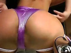 Big booty hoe clamps her pussy