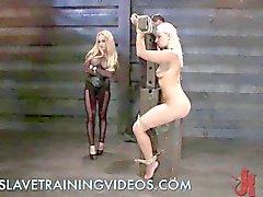Bondage blondin får näve av hennes älskarinna