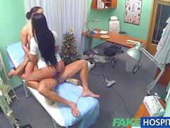 Fausse hôpitaux une infirmière sexy de se joint du médecin