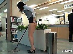 Jeune japonaise désagréable est de nettoyer le Pièce3 de bureau