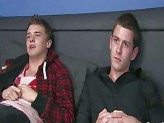 Dos chicos sucios están besando leching relaciones homosexuales hot