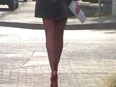 Exhibition en bas noir coutures et escarpin rouge