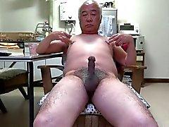 Japansk gamal man penisen rycka att beröra bröstvårtorna