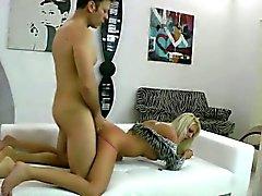 Bella ragazza bionda teen squittisce con il la penetrazione profonda rettale