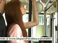 De rio asiático adolescente gata recebendo seu bichano hairy acariciados de ônibus