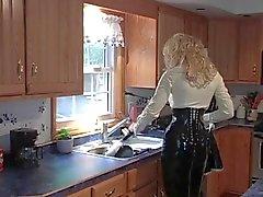 Blonde Schlampe entsaftet im Latex Dress