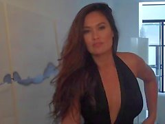Tia Carrere Geel Mag Shoot