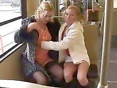 teen girls pissen auf einander