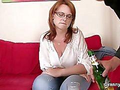 Besoffene Deutsche Alki Hausfrau wird durch gefickt