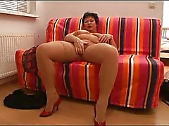 mature BBW plays with herself