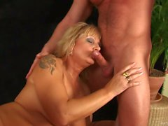 Delicious mature Rosalyn gets pleasure