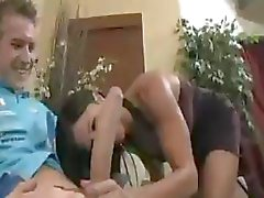 Onschuldig meisje wordt geneukt door een grote lul