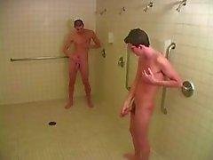 Der unter dusche nackt jungs Duschen Jungs